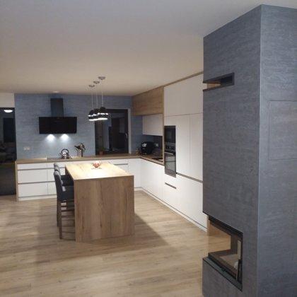 Dekorativní stěrka v kuchyni a na krbu